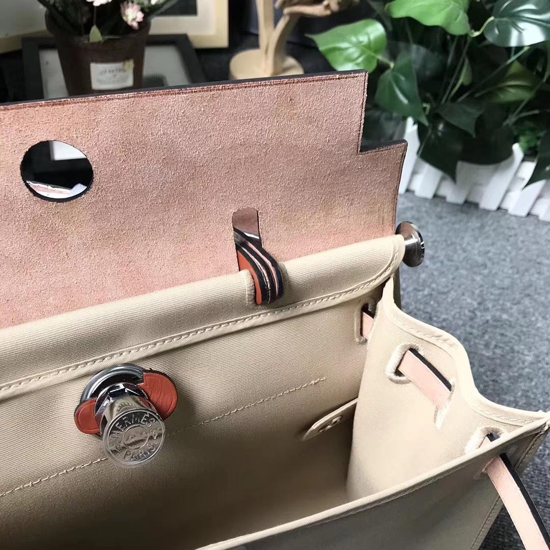 Hermès(爱马仕)棕红色马鞍皮拼风衣灰帆布 Herbag 31 现货