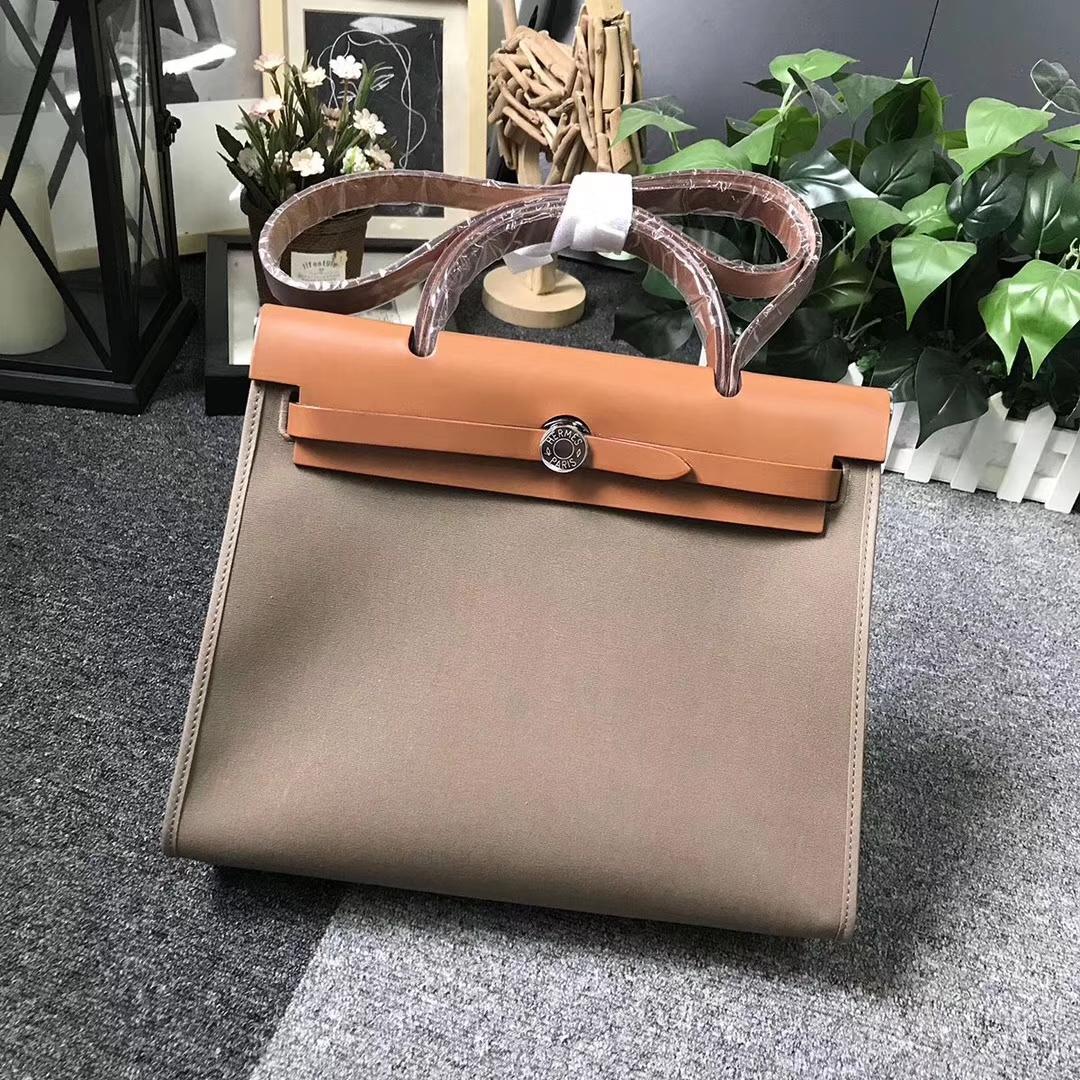 Hermès(爱马仕)金棕色马鞍皮拼大象灰帆布 Herbag 31 现货