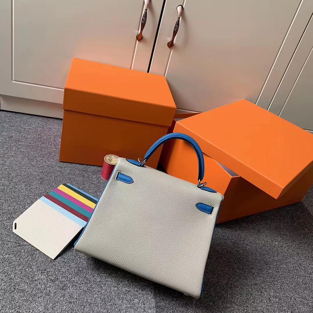 Hermès(爱马仕)Kelly 凯莉包 奶昔白拼水妖蓝 原厂御用顶级小牛皮 银扣 25cm
