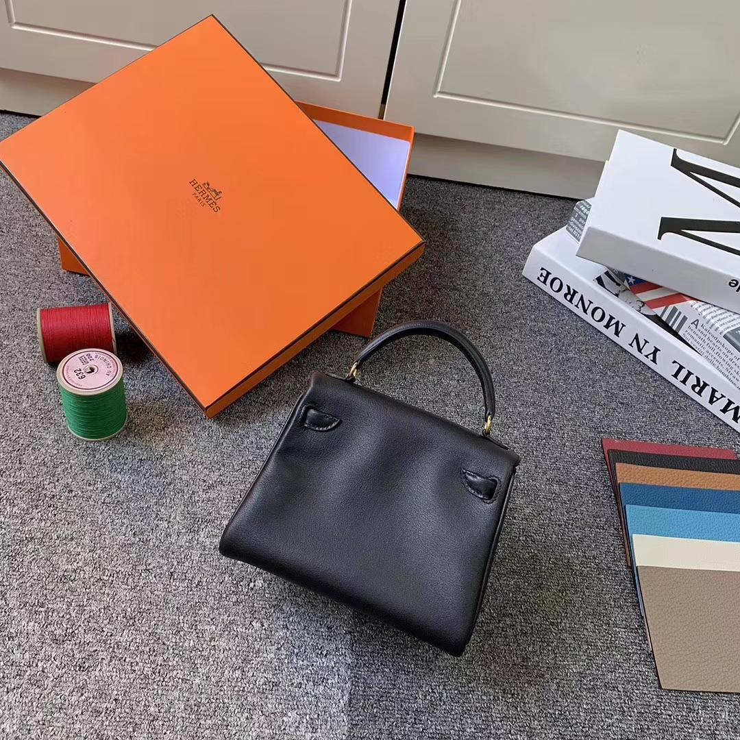 Hermès(爱马仕)黑色拼番茄红 原厂御用顶级Swift 皮 Kelly doll 金扣 现货
