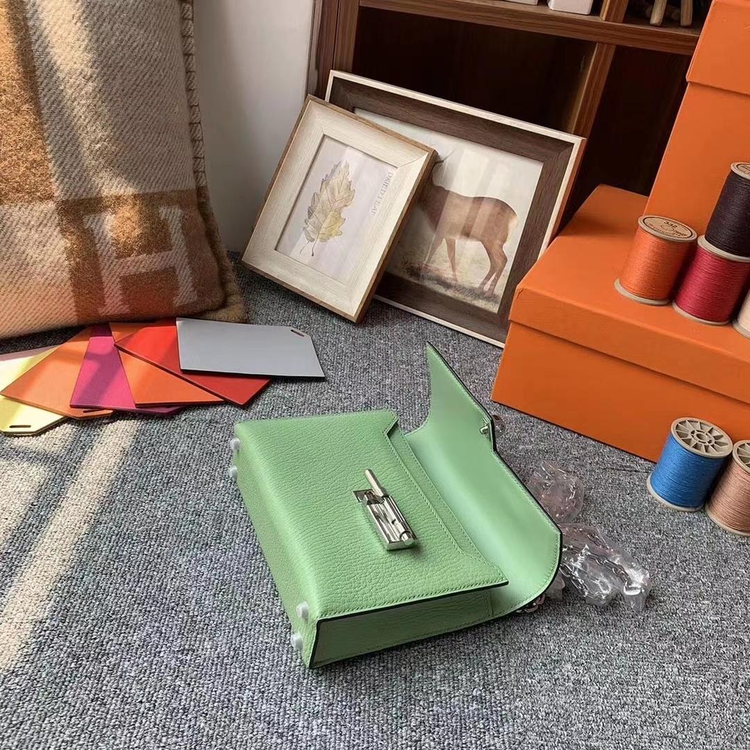 Hermès(爱马仕)牛油果绿 原厂御用顶级山羊皮 Verrou 插销包 银扣