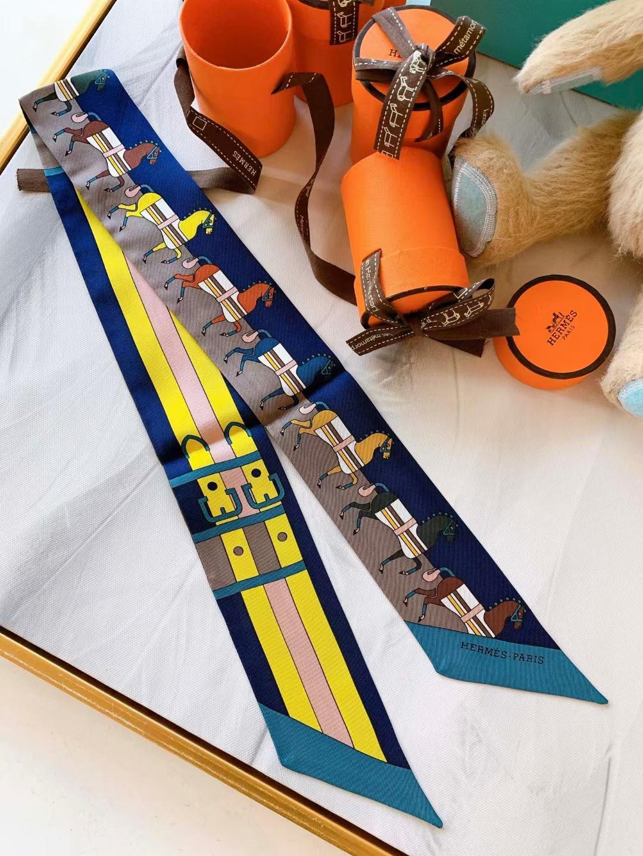 Hermès(爱马仕)丝巾 Twilly《新骏马披挂》湖蓝色 580cm 100% silk
