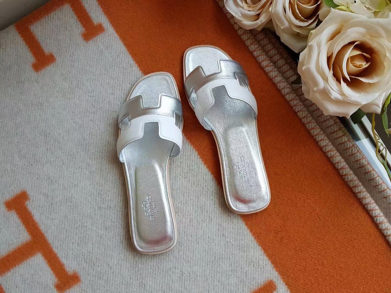 Hermès(爱马仕)H拖鞋 平底 swift皮 银色 拼 白色