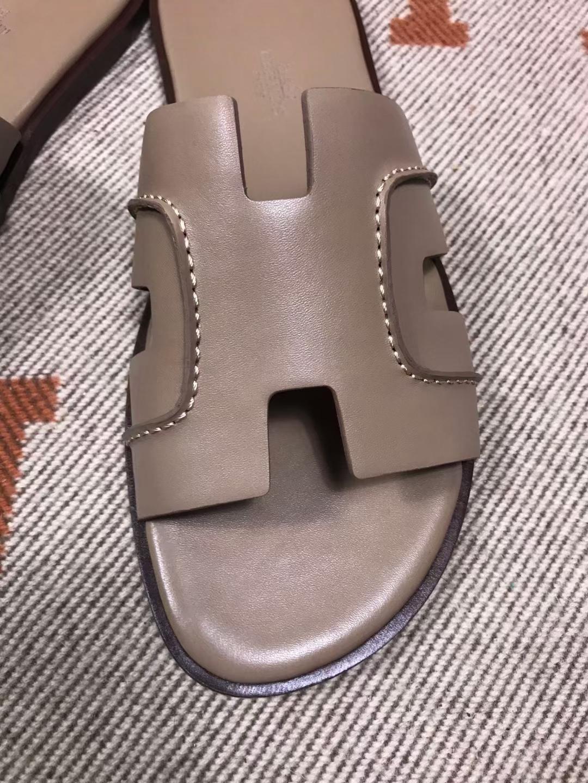 Hermès(爱马仕)新款 男拖 缝线款 swift 卡其色